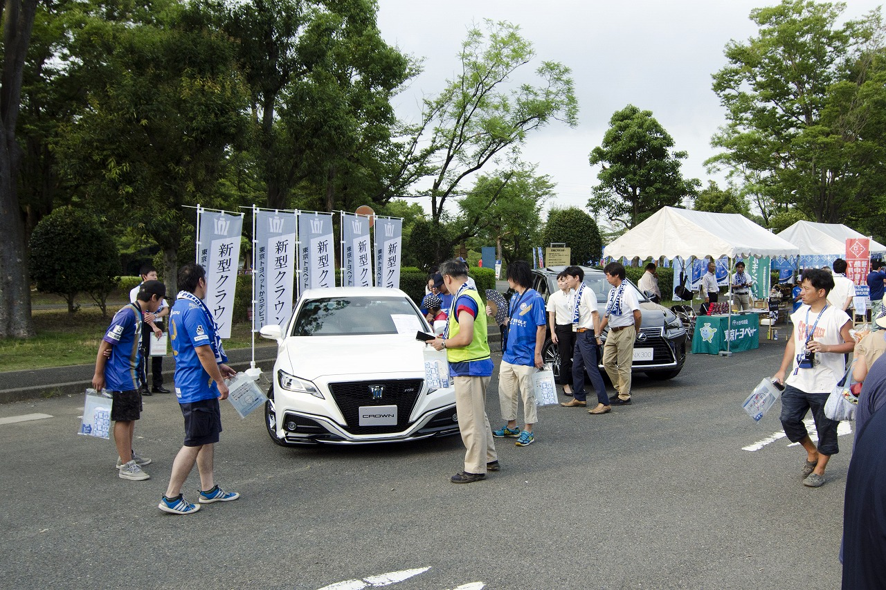 東京トヨペット、FC町田セルビアのホームゲーム会場で車両展示イベント開催